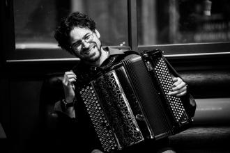 photo de Maxime Perrin à l'accordéon